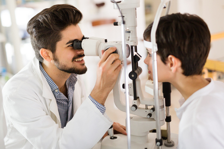 近代的な眼科診療所で検眼医患者