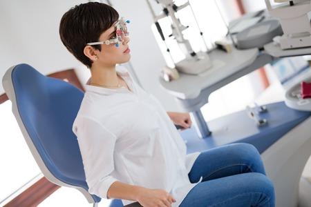 Meisjesvrouw in oftalmologiekliniek voor dioptriedetectie Stockfoto - 86634768