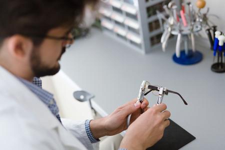 눈 안경 수리 및 고정 안경점