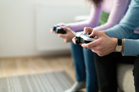 집에서 비디오 게임을하는 친구들의 그림