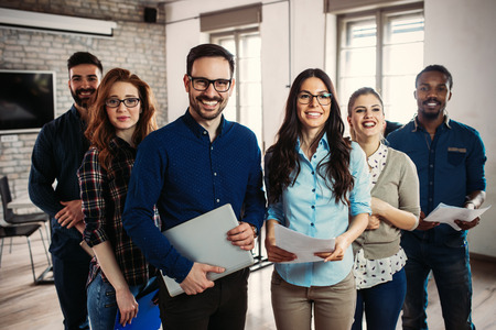 Erfolgreiches Unternehmen mit glücklichen Mitarbeitern