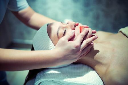 Masaż twarzy wykonywany przez profesjonalistę w salonie kosmetycznym