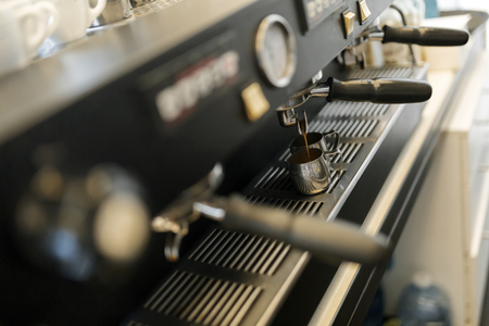 Professionele koffiemachine gebruikt in de koffie-industrie Stockfoto