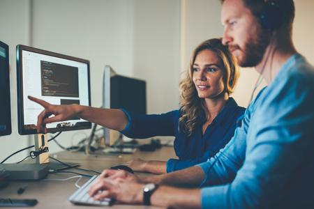 ingegneri software che lavorano sul progetto e la programmazione in azienda