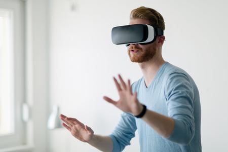 仮想現実のヘッドセットを着て家で男