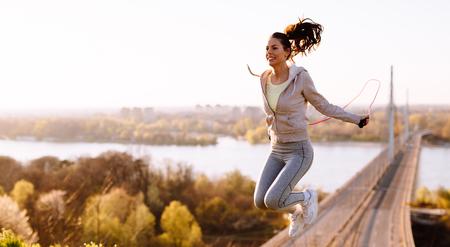 アクティブな女性の屋外での縄跳びでジャンプ