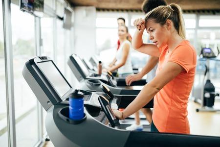 체육관에서 심장 훈련을하고있는 젊은 매력적인 여자 스톡 콘텐츠