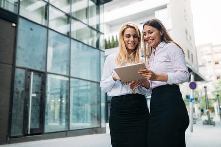 ビジネス パートナーとして 2 人の若い美しい女性の写真
