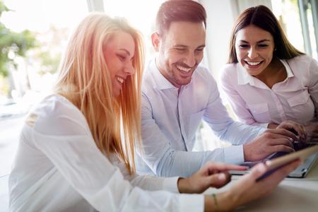 Workteam op kantoor samen te werken op de laptop Stockfoto