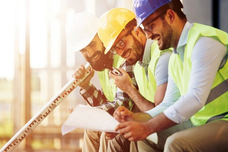 topografo: Portrait of construction engineers working on building site