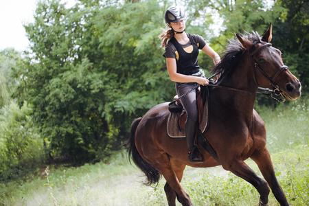Portret van jonge vrouw die haar paard rijdt Stockfoto - 89179902
