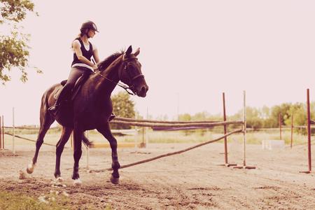 Bild von jungen Mädchen Reiten ihr Pferd Standard-Bild - 89174864