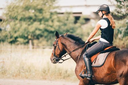 그녀의 말을 타고 어린 소녀 그림
