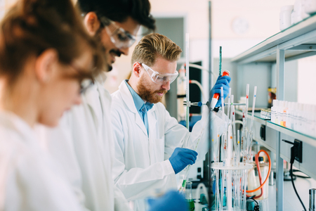 Group of chemistry students working in laboratory Zdjęcie Seryjne - 89175525