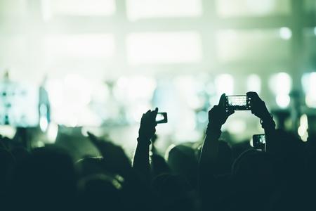 Animando multitud en concierto disfrutando de la actuación musical Foto de archivo - 89420807