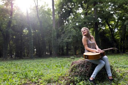 Mooie hippiemeisje het spelen gitaar