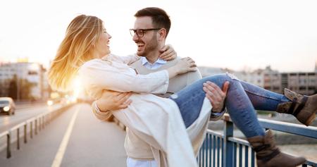 Couple s'embrassant dans la ville pendant le coucher du soleil Banque d'images - 89879218