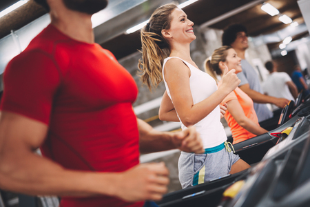 Junge attraktive Frau, die Herz Training in der Turnhalle tut