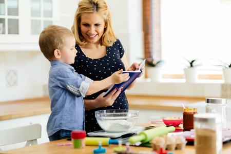 Slim schattig kind moeder helpen in de keuken