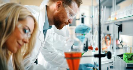Jonge studenten van chemie die in laboratorium werken