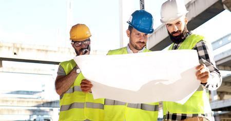 建設技術者の建設現場で建築家との議論 写真素材