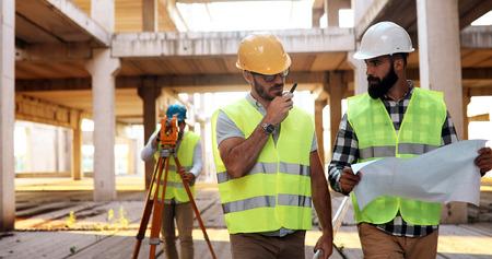 Architekt konsultuje się z inżynierem na budowie Zdjęcie Seryjne