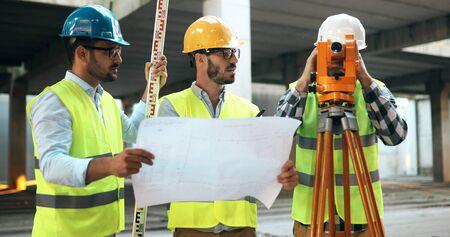 건설 현장에있는 그룹의 건축가 팀