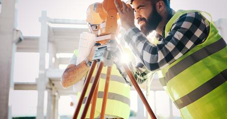 Beeld van bouwingenieur die aan bouwterrein werken