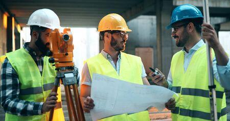 Architect raadplegen ingenieur op bouwplaats
