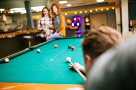 Amici felici godendo di giocare a biliardo Archivio Fotografico - 90432925