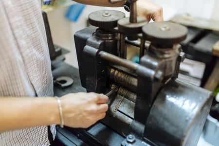 機械を使用した金細工師