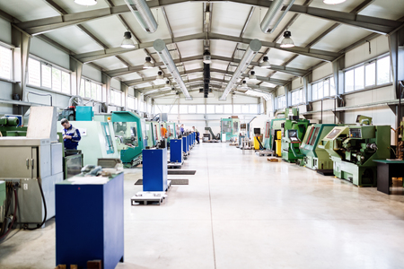Factory equipped with cnc machines Zdjęcie Seryjne - 90454917