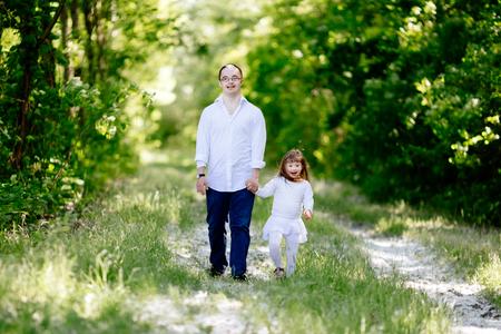 Personas con síndrome de Down caminando en el bosque Foto de archivo - 90455008