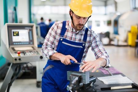 金属製造業で働く産業工場の従業員 写真素材