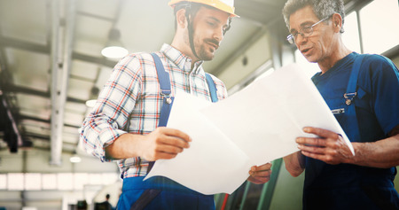 Leverancier met ingenieur die op productie in fabriek controleert
