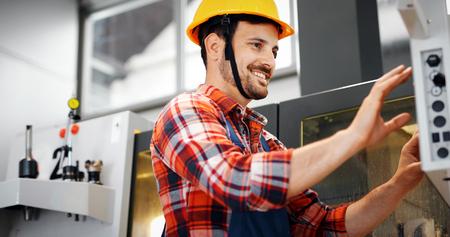Industriearbeider die gegevens in CNC machine bij fabriek ingaat