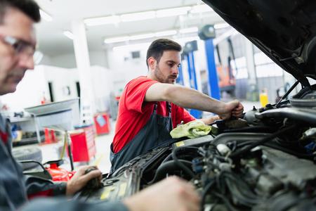 Mecánicos de automóviles que trabajan en el centro de servicio automotriz