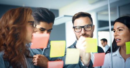 사무실에서 비즈니스 프로젝트를 작업하는 창조적 인 비즈니스 사람들