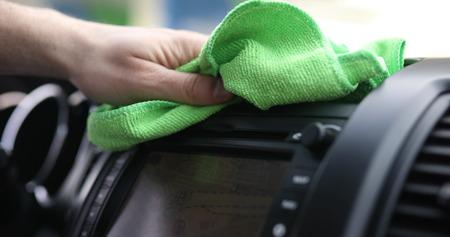 マイクロファイバーの布で車のステアリング ホイールを清掃手