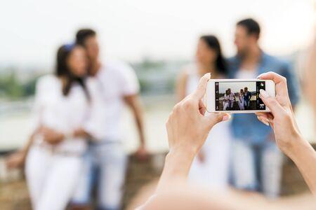 Groep jongeren wordt gefotografeerd