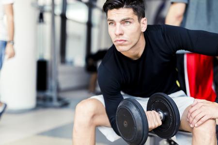 젊은 남자가 체육관에서 훈련