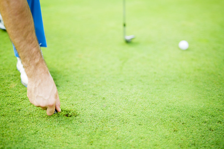 Golfspeler repareren divot Stockfoto