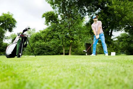 Golfer getting ready to hit the drive 版權商用圖片 - 91387882