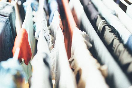 洗濯物は乾かすために吊り下げ