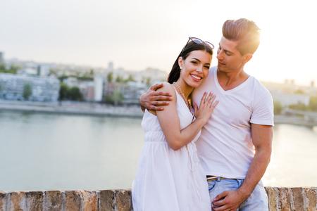 Gelukkige paar verliefd glimlachend en sensueel zijn
