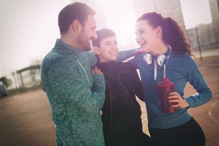 フレンズフィットネストレーニング一緒に屋外でアクティブな健康を生きる 写真素材