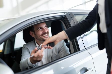 Portret szczęśliwy klient kupuje nowy samochód