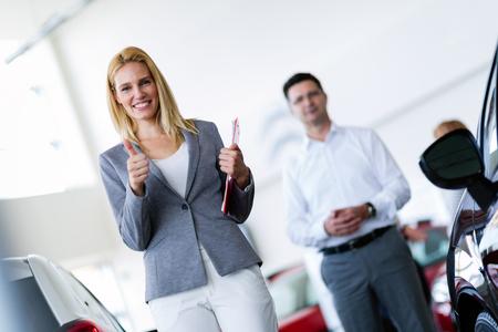 Picture of professional salesperson working in car dealership Foto de archivo