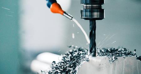obrabiarka w fabryce metali z wiertarkami cnc Zdjęcie Seryjne