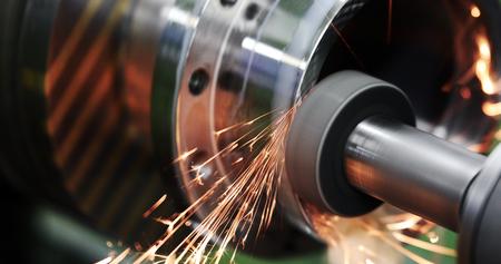 Afwerking metaalbewerking op hoge precisie slijpmachine in werkplaats Stockfoto
